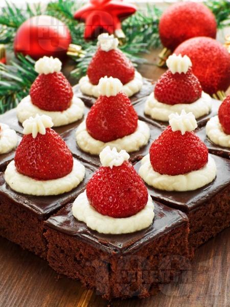 Вкусен и ефектен коледен шоколадов сладкиш с ягоди - снимка на рецептата